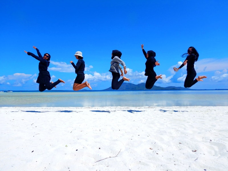 levitasi five girls in cemara besar island