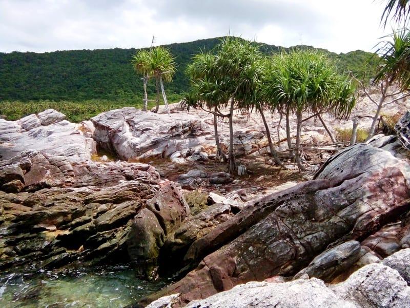 Bebatuan alami di pantai bukit hanora