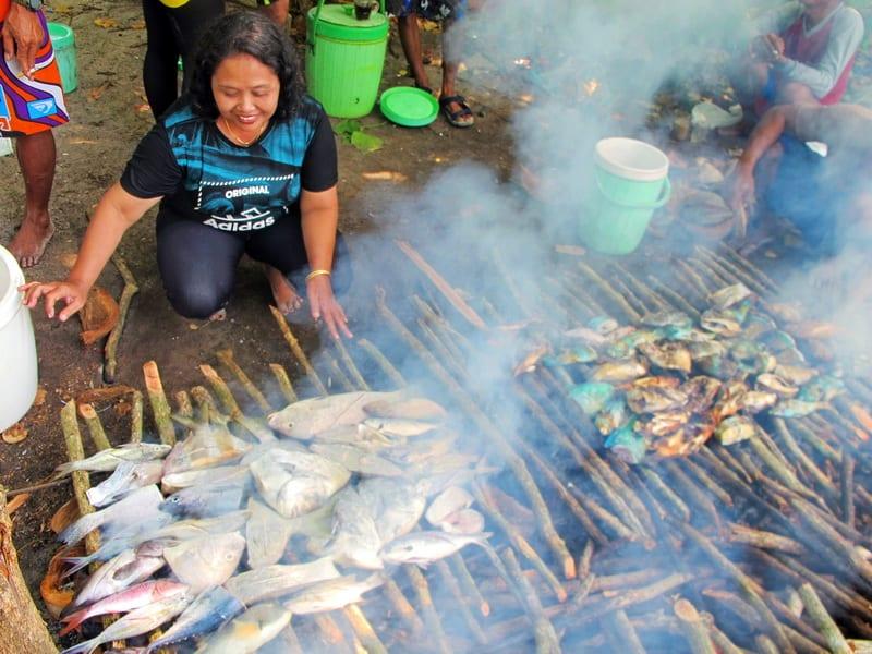 Membuat barbeque di Pulau Geleang Karimunjawa